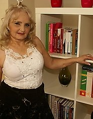 This horny mature housewife loves to play with herself